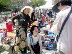 京都市役所前でフリーマーケット開催